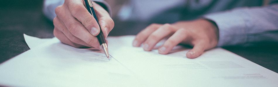 貸付の書類に記載をする人